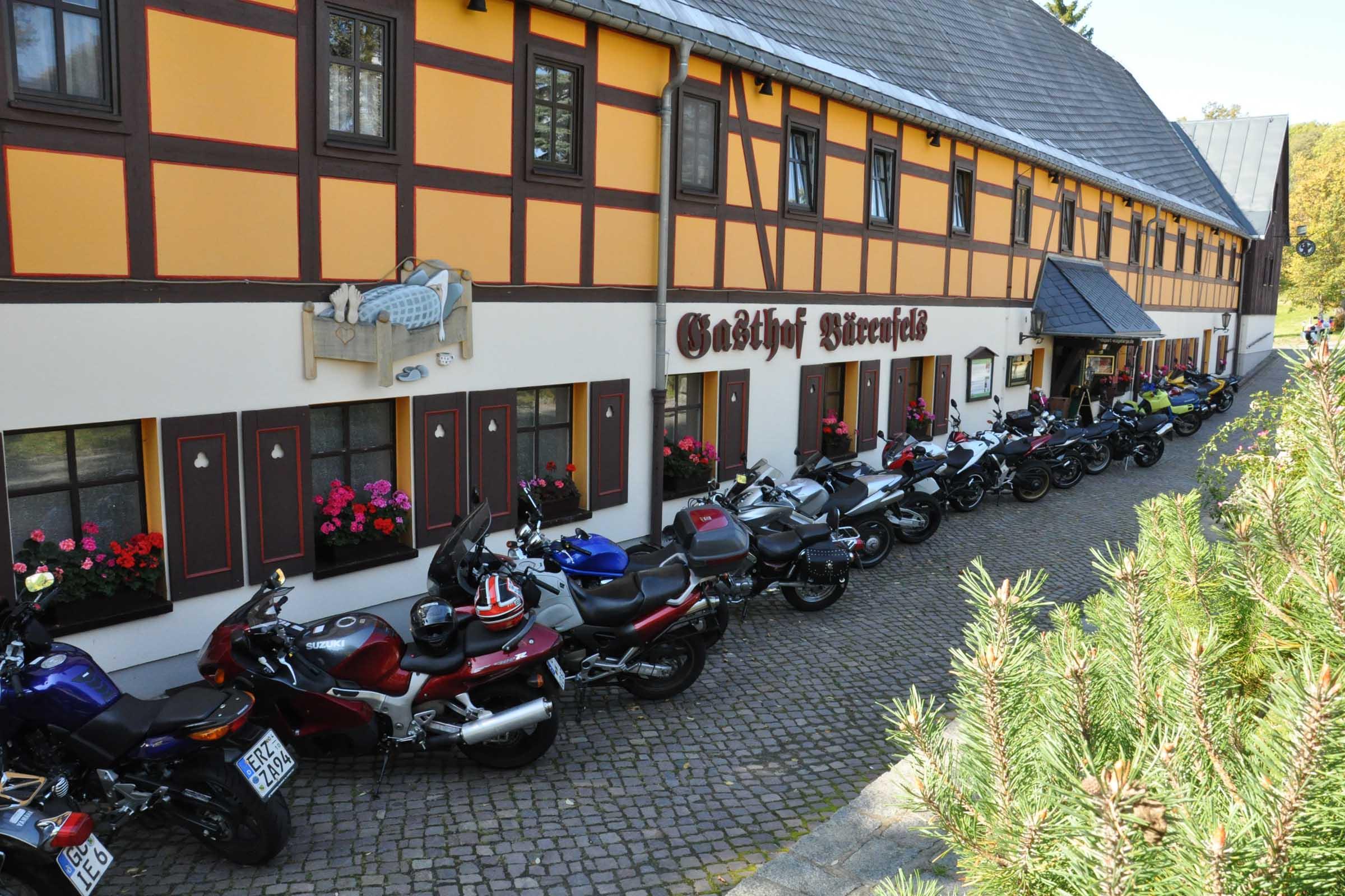 Motorradfahrer im Gasthof Bärenfels